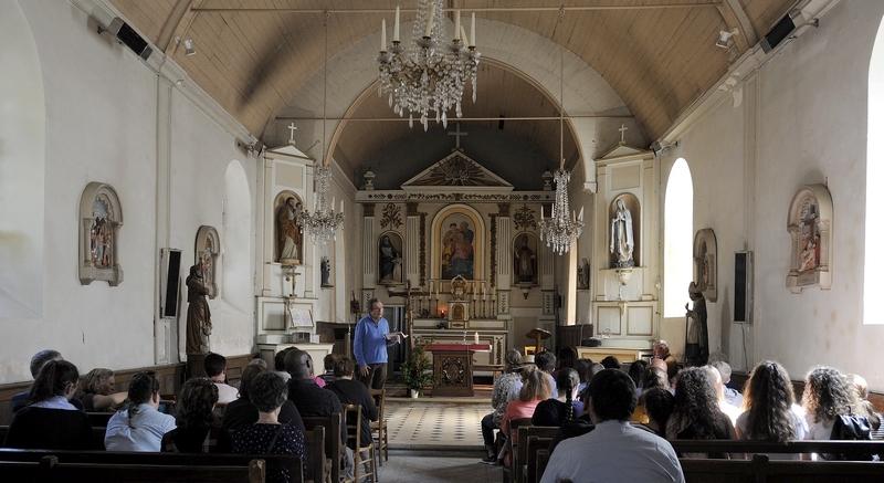 Accueillis d'abord à l'église de Cuissai...