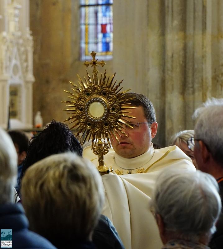 Le Saint Sacrement passe dans les allées pour être présenté aux fidèles