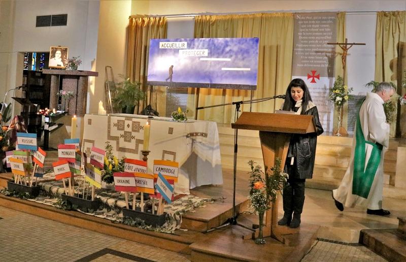 Rania traduit l'évangile en arabe