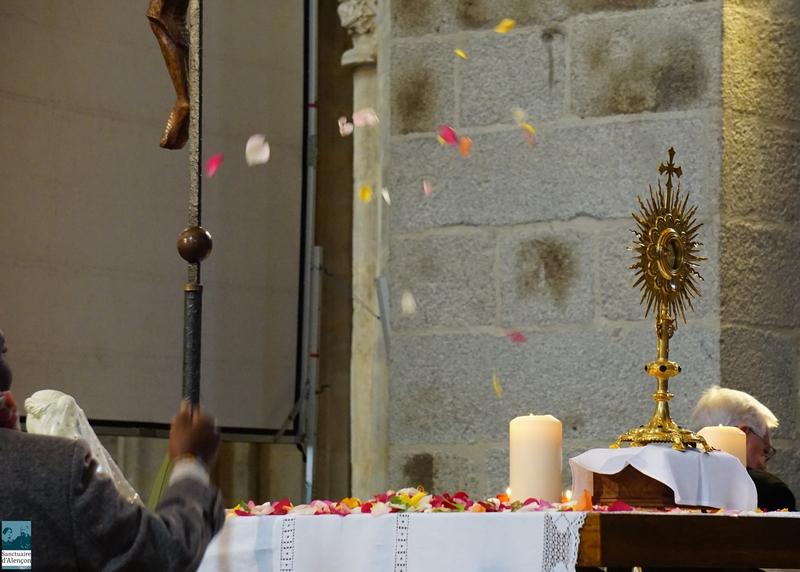 Lancer de pétales de roses vers le Saint Sacrement