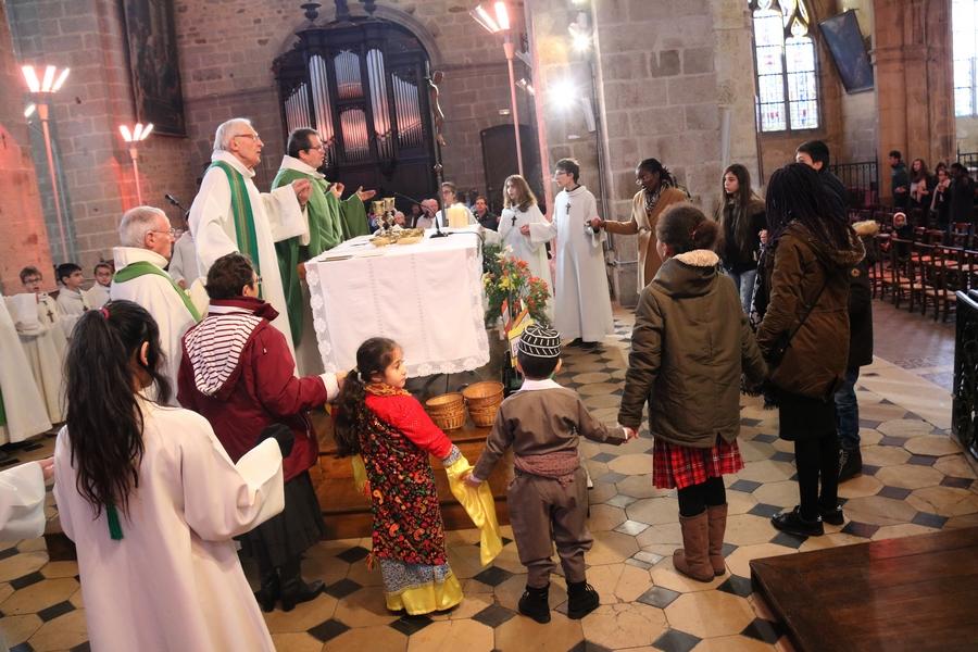 """Quelques enfants entourent l'autel pendant le """"Notre Père"""""""