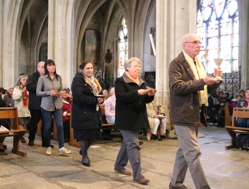 Les espèces sont apportées en procession par l'équipe d'accompagnement de Joseph