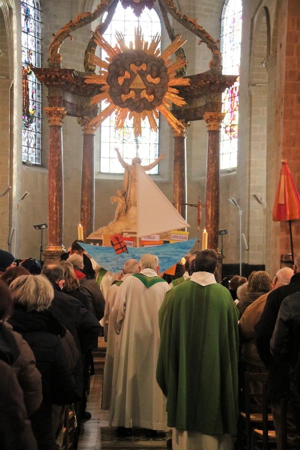 Procession d'entrée de la messe des peuples à Notre-Dame