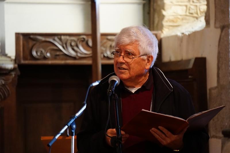 Le P. Jean-Pierre Crétois, curé de la paroisse St Pierre, commence la présentation des aménagements rénovés