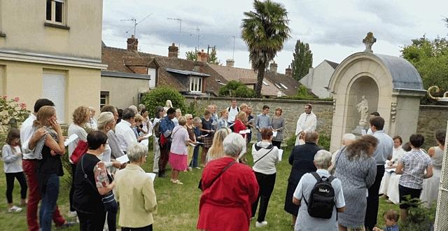 Début de la procession dans le jardin du Pavillon...