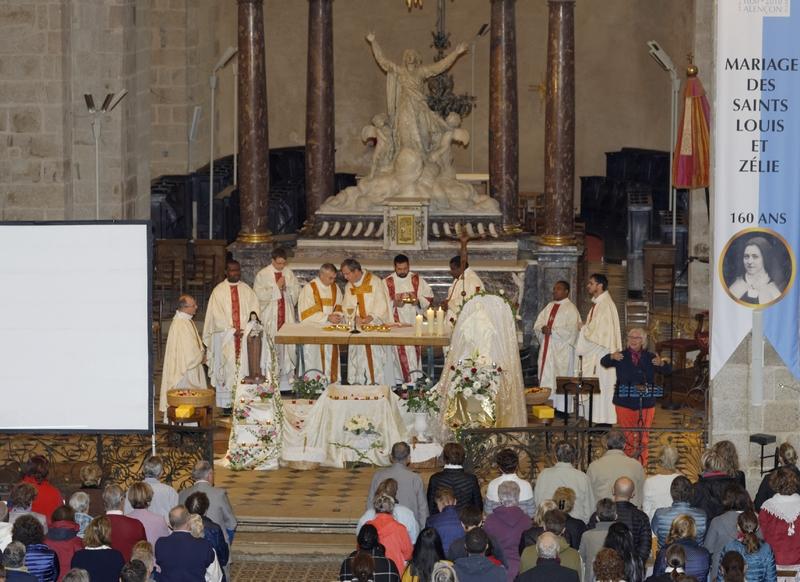 A 11 heures, la messe solennelle était célébrée par le P. Loïc Gicquel des Touches
