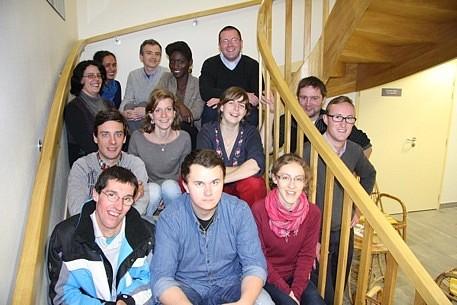Équipe des étudiants et jeunes pros photographiée par une journaliste de Ouest France le 5 novembre 2014 (Anne est tout au fond à gauche, avec une écharpe bleue)