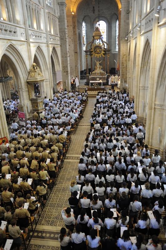 C'est impressionnant de voir la basilique remplie de tous ces jeunes !