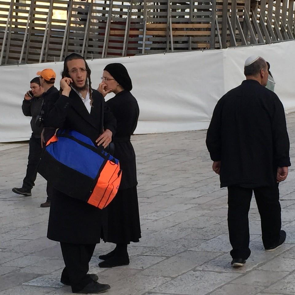 On peut être un juif orthodoxe, et savoir manier le téléphone portable !