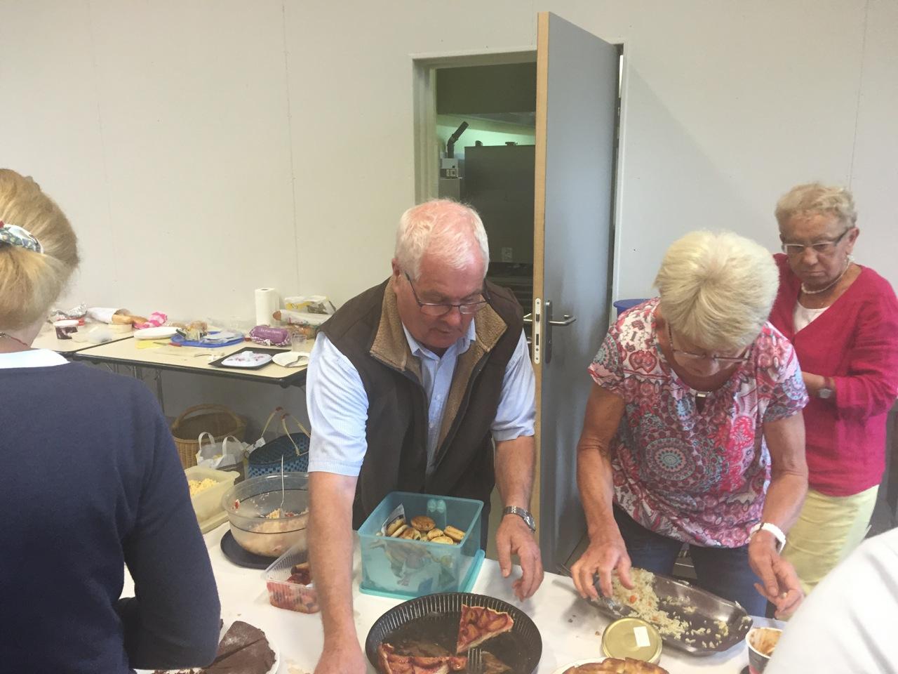 ... tandis que d'autres comme Gérard Vauloup s'affairent aux plats !