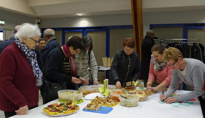 Le repas partagé, aux goûts et aux couleurs de tous les pays du monde : le nom du plat est affiché grâce à Bernadette, Rose-May, Anne-Sophie, Hedwige, Janine...