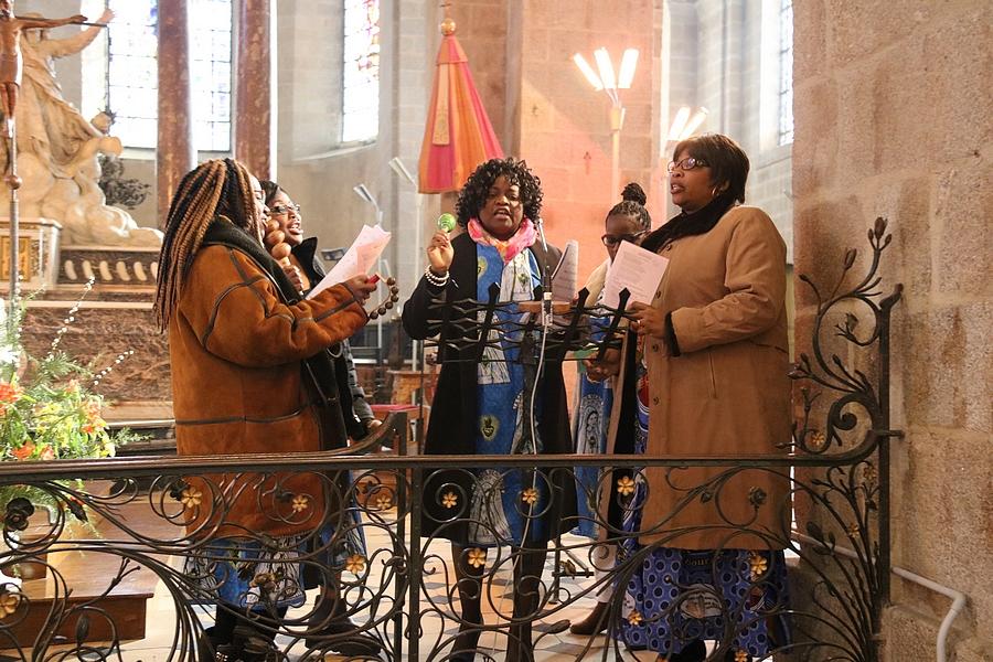 ... accompagnée par la chorale N'Kembo