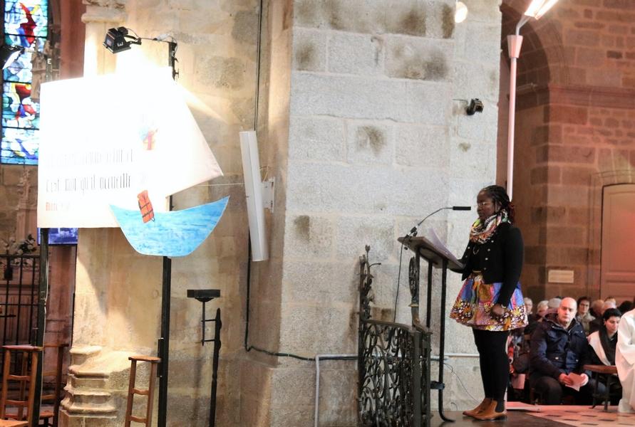 A la fin de l'homélie du P. Loïc, témoignage de Joseph lu par Angeline...