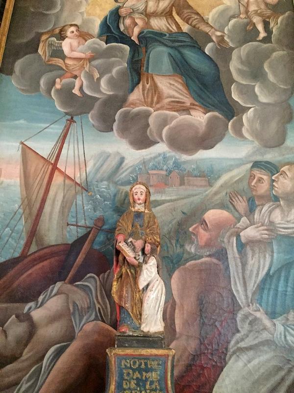 beaux tableaux et belle statue sur les murs de l'église elle-même