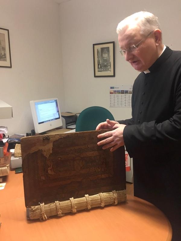 M. l'Abbé Jean-Philippe Talbot, chancelier du diocèse, dévoile pour nous quelques exemplaires de bibles très anciennes du patrimoine du diocèse.