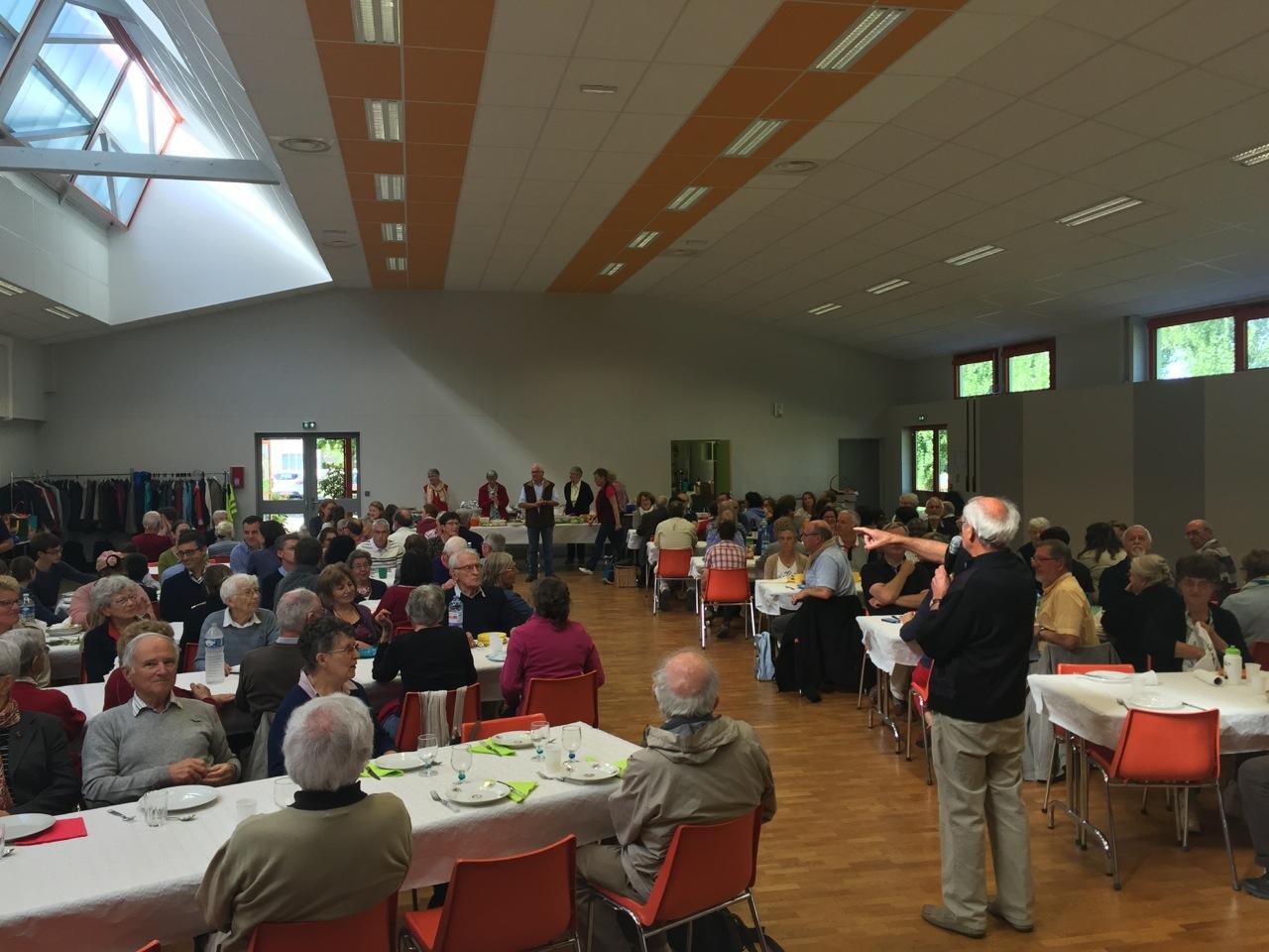Déjeuner dans la salle Mazeline de Damigny, prêtée aimablement par la commune pour l'association paroissiale ; Claude Chesneau donne des indications...