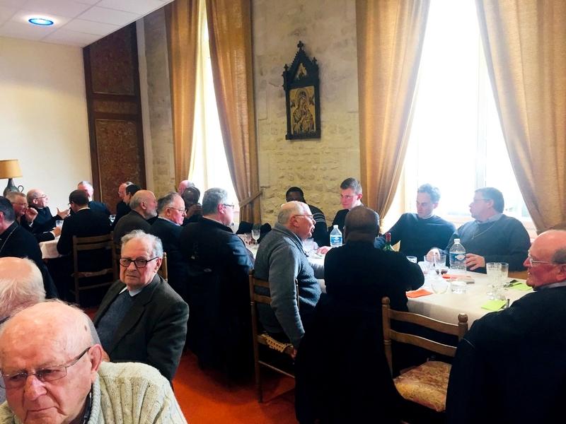 Un déjeuner fraternel dans la salle à manger de la communauté de la Miséricorde