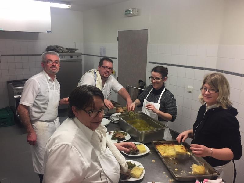 Les cuisiniers et cuisinières avec Antony (de l'Entracte) qui s'affairent