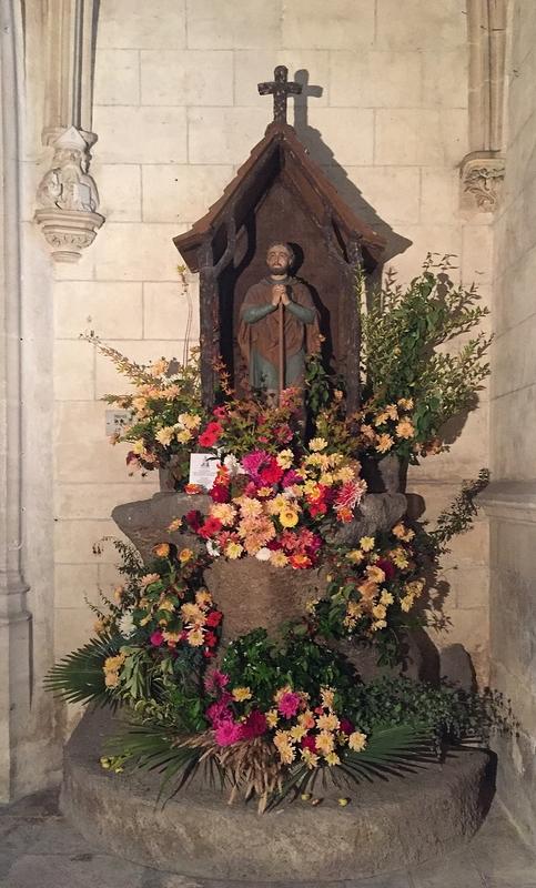Chapelle superbement fleurie à l'église Saint Léonard