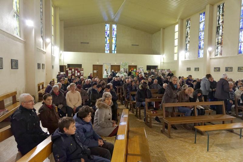 L'église commence à se remplir, elle sera complètement pleine peu après