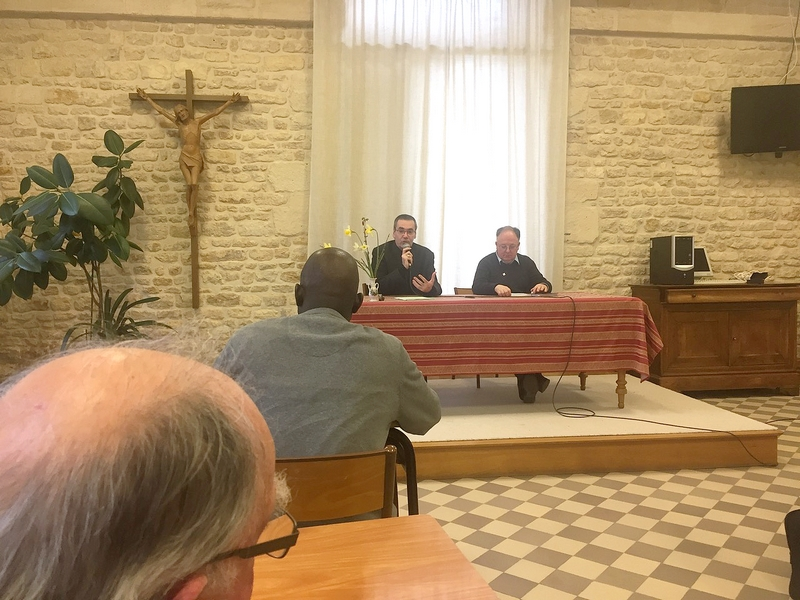 Mgr Habert et P. Philippe Pottier, vicaire général, profitent de la présence de 70 prêtres pour donner un maximum d'informations sur la vie du diocèse, en particulier au sujet de la future consécration du diocèse à Marie, le dimanche 13 mai