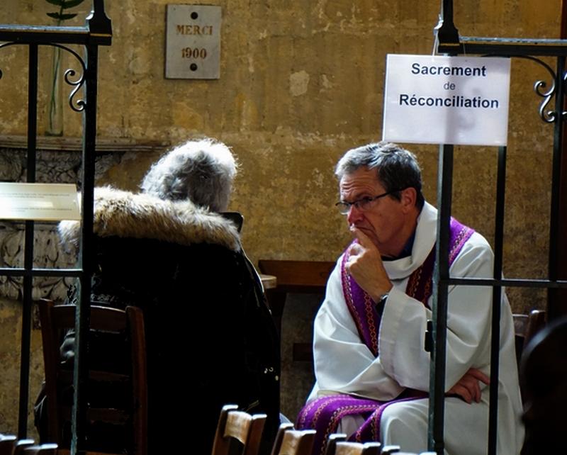 Pendant la célébration, des prêtres étaient disponibles pour administrer le sacrement de réconciliation