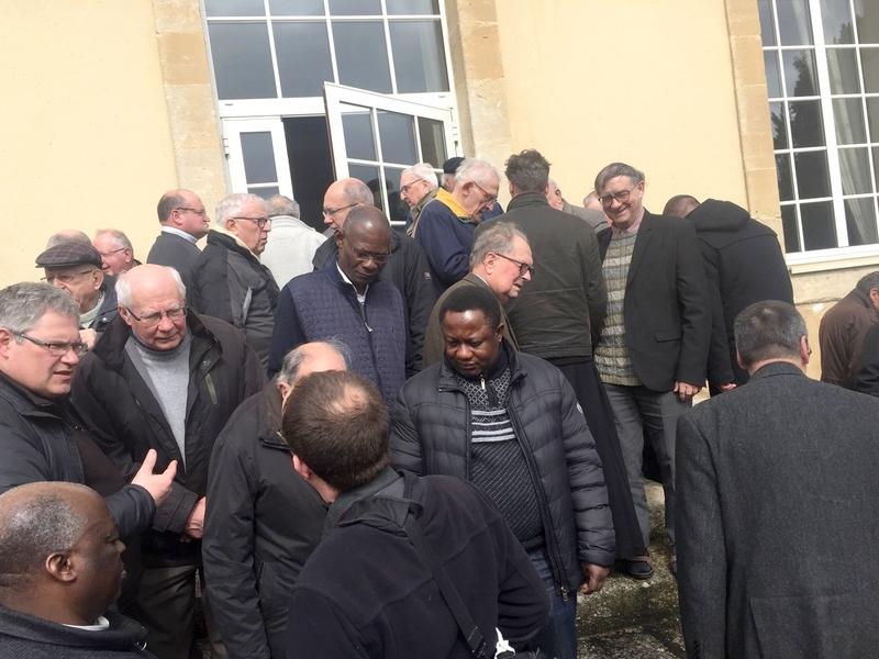 Avant la photo de groupe, dehors, dans les jardins de la Miséricorde