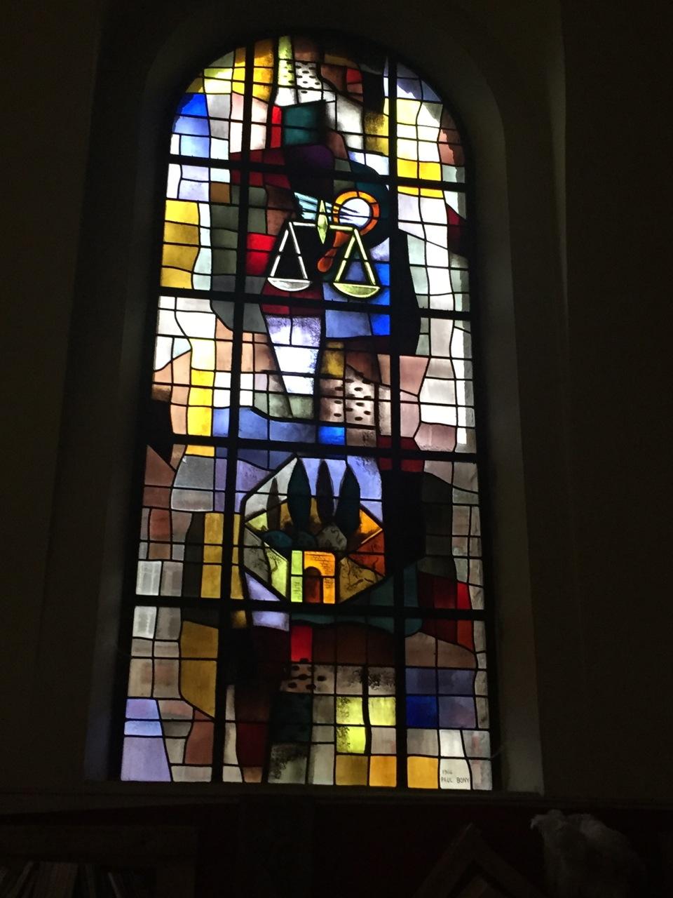"""Les deux vitraux suivants illustrent les noms donnés à la Vierge Marie dans les """"Litanies de la Vierge Marie"""" : Cité de Dieu, Demeure de la Sagesse, Tour de David, Arche de la Nouvelle Alliance, Temple du Saint Esprit…"""