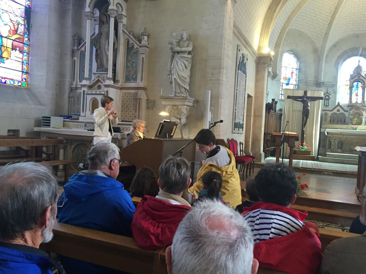 Accueil dans l'église de Damigny aux sons de la flûte traversière d'Isabelle et de l'harmonium d'Anne-Marie