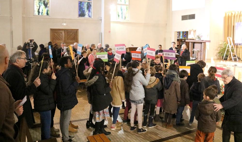 Des enfants de tous les pays portent le drapeau des pays représentés à Alençon