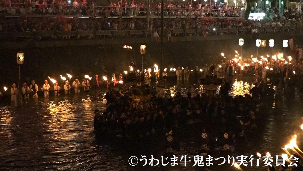 たいまつの炎に染まる須賀川