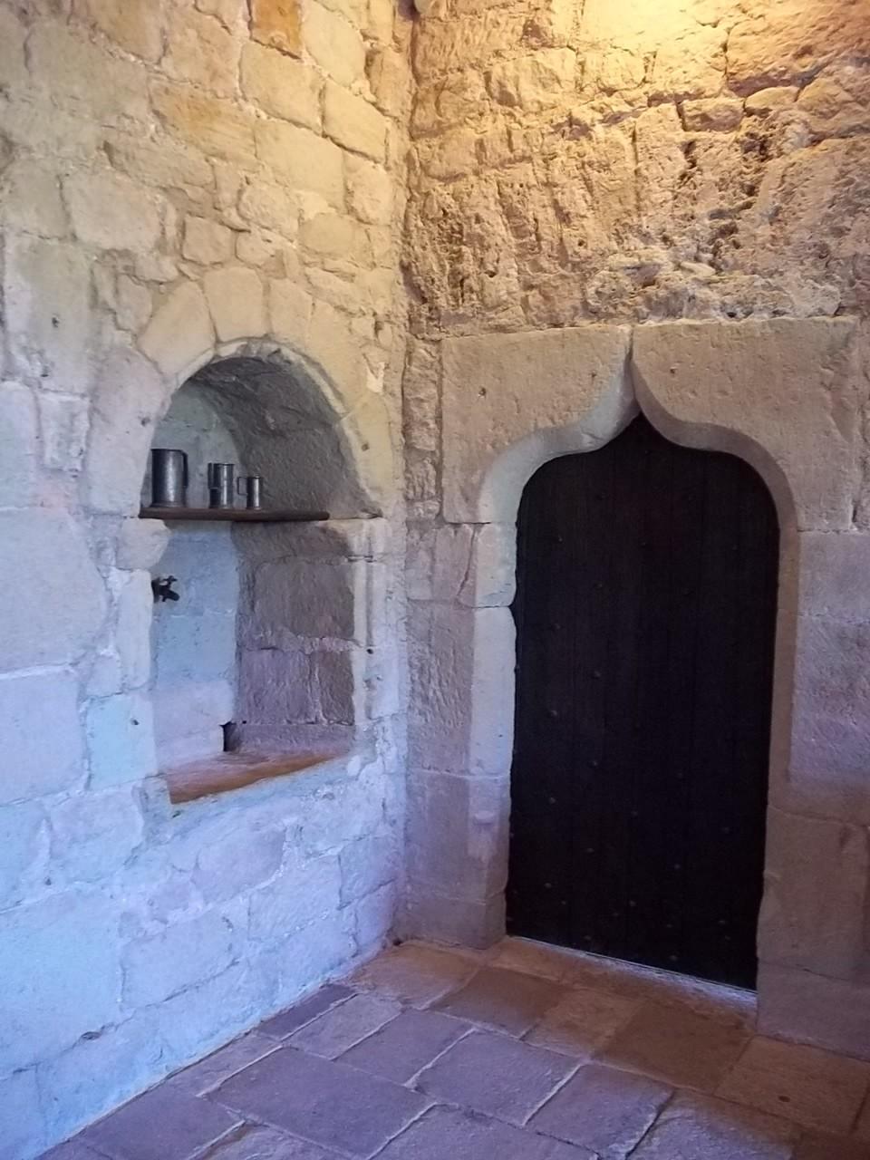 Waschbecken und gothische Tür