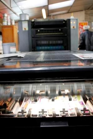 à la sortie 2 dépliants face à face, imprimé sur le recto (il faudra les repasser pour le verso) vitesse d'impression : 15 000 feuilles à l'heure