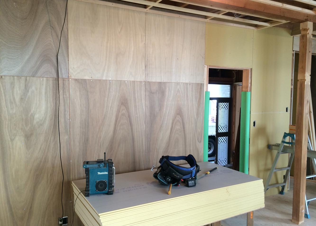 リビング壁面の下地 壁掛けTV用の下地を入れます