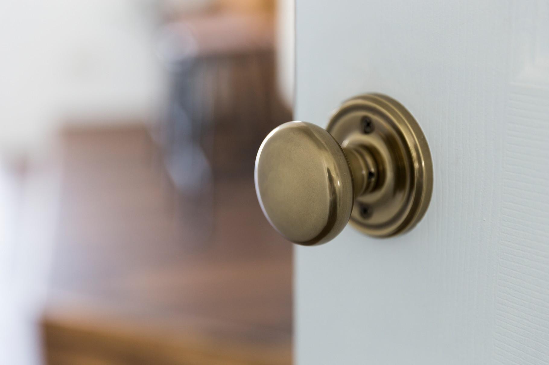 既製品ドアをペイントして好きなドアノブを付けて。。