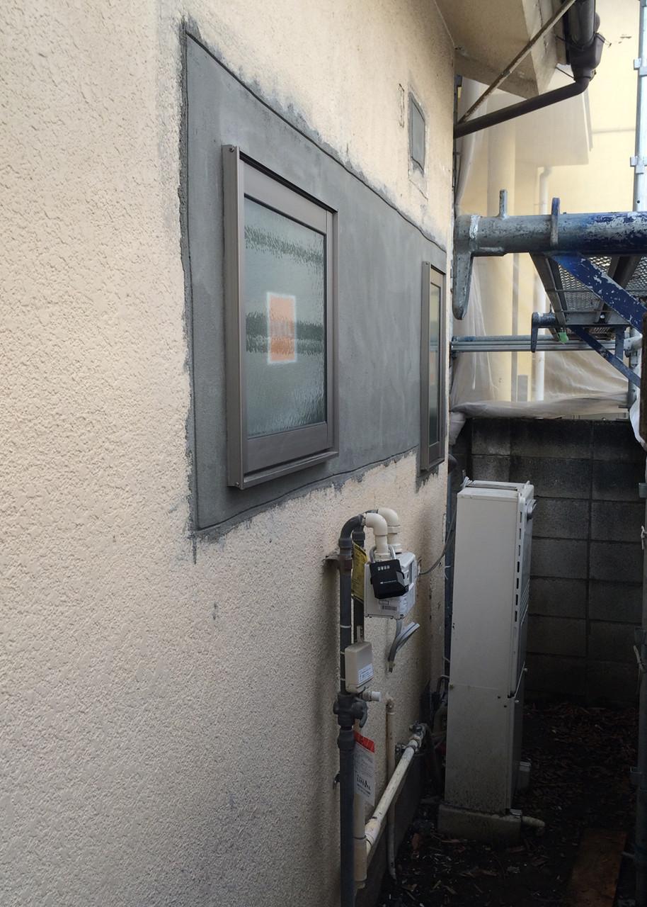 モルタルで塗装の下地を作ります