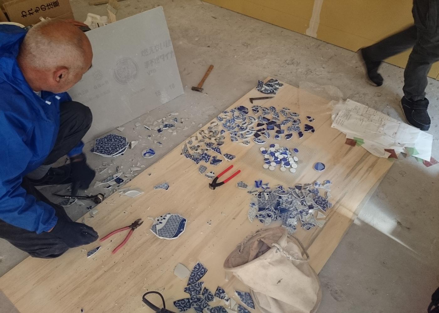 フィルメランジェ店舗こだわりの床素材セレクト中。古い絵皿を加工して床にちりばめます。