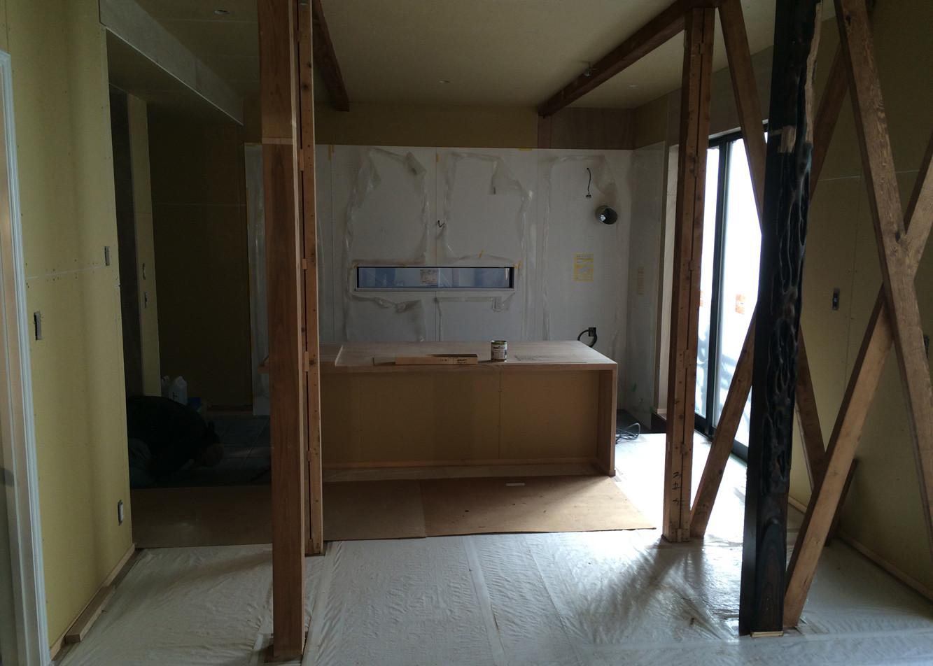 1Fの壁天井のボード張り完了 見えている柱と筋交いはご主人が塗装されました