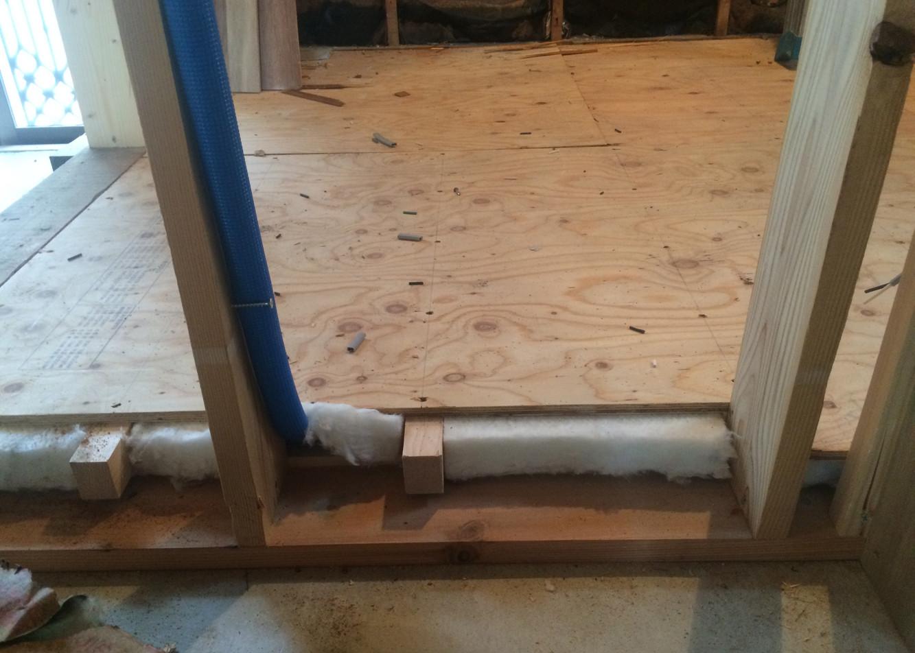 床下地組 床にも断熱材を敷き込みます
