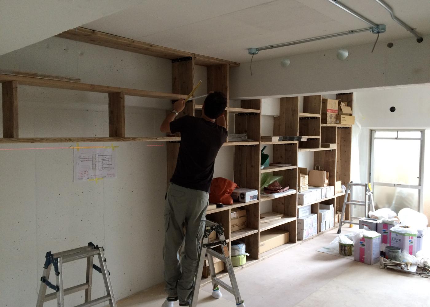 マンションリノベーション壁面家具施工中。ネコちゃんのツメ触りの良い素材として、足場板を使用しています。