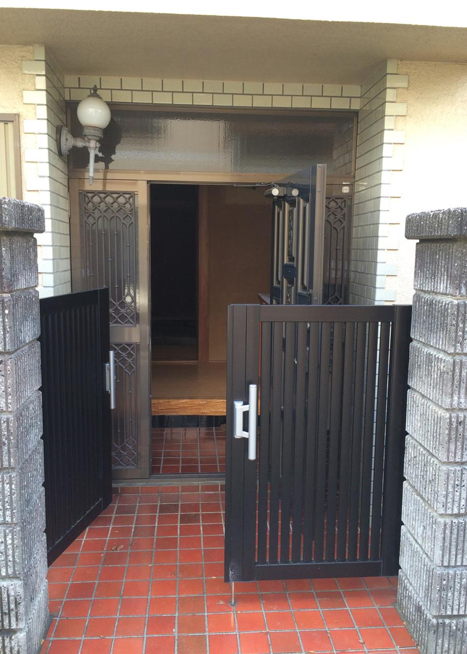 門扉のサイズを詰めて裏口部分に再利用