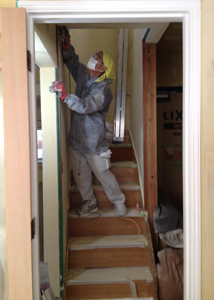 階段パテ処理 この工程の職人さんはいつも真っ白です
