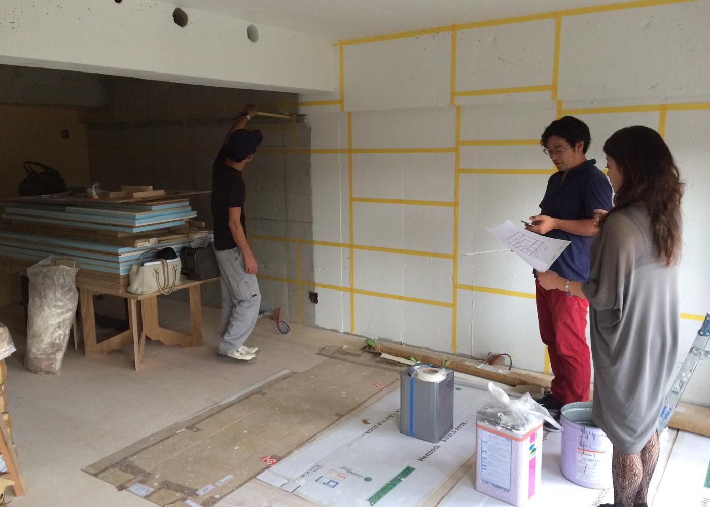 マンションリノベーション施主現地打合せ。壁面収納納サイズを確認いただきました。