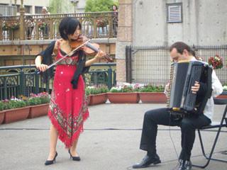イタリア村のバイオリンとアコーディオン奏者。演奏はもちろん衣装もかっこいい♪