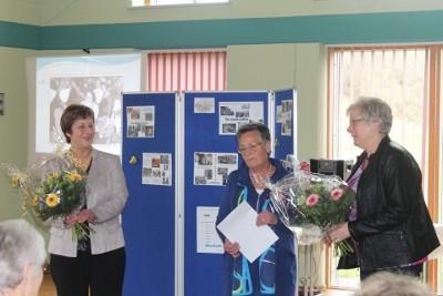 Blumen für die ehemaligen Vorsitzenden, Elfriede Jessen (links) und Asta Petersen (rechts)
