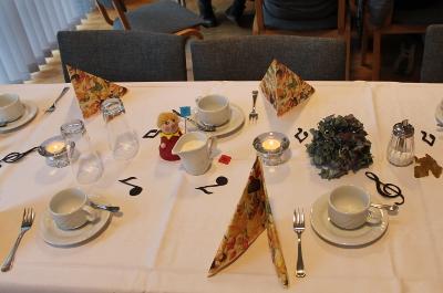 Die Tische waren schön gedeckt.