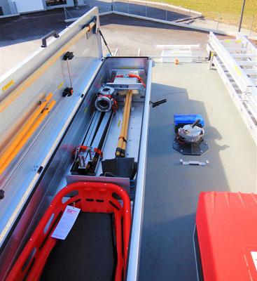 Dachbox mit Korbtrage, Monitor und Schiebe- und Steckleitern