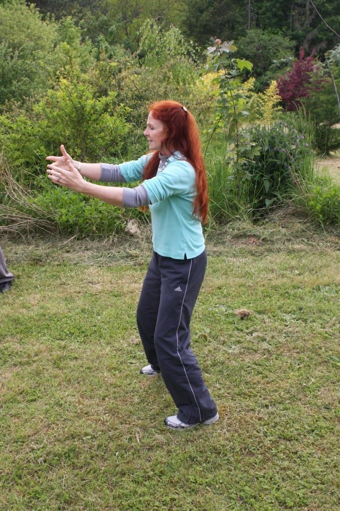 Jutta : posture de l'Embrassade de l'arbre