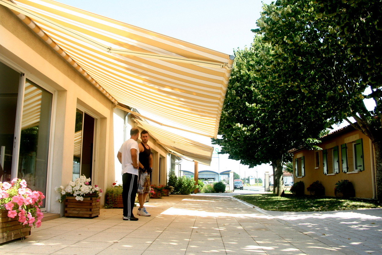 Centre Wellness à Bergerac, une salle de sport avec une grande terrasse