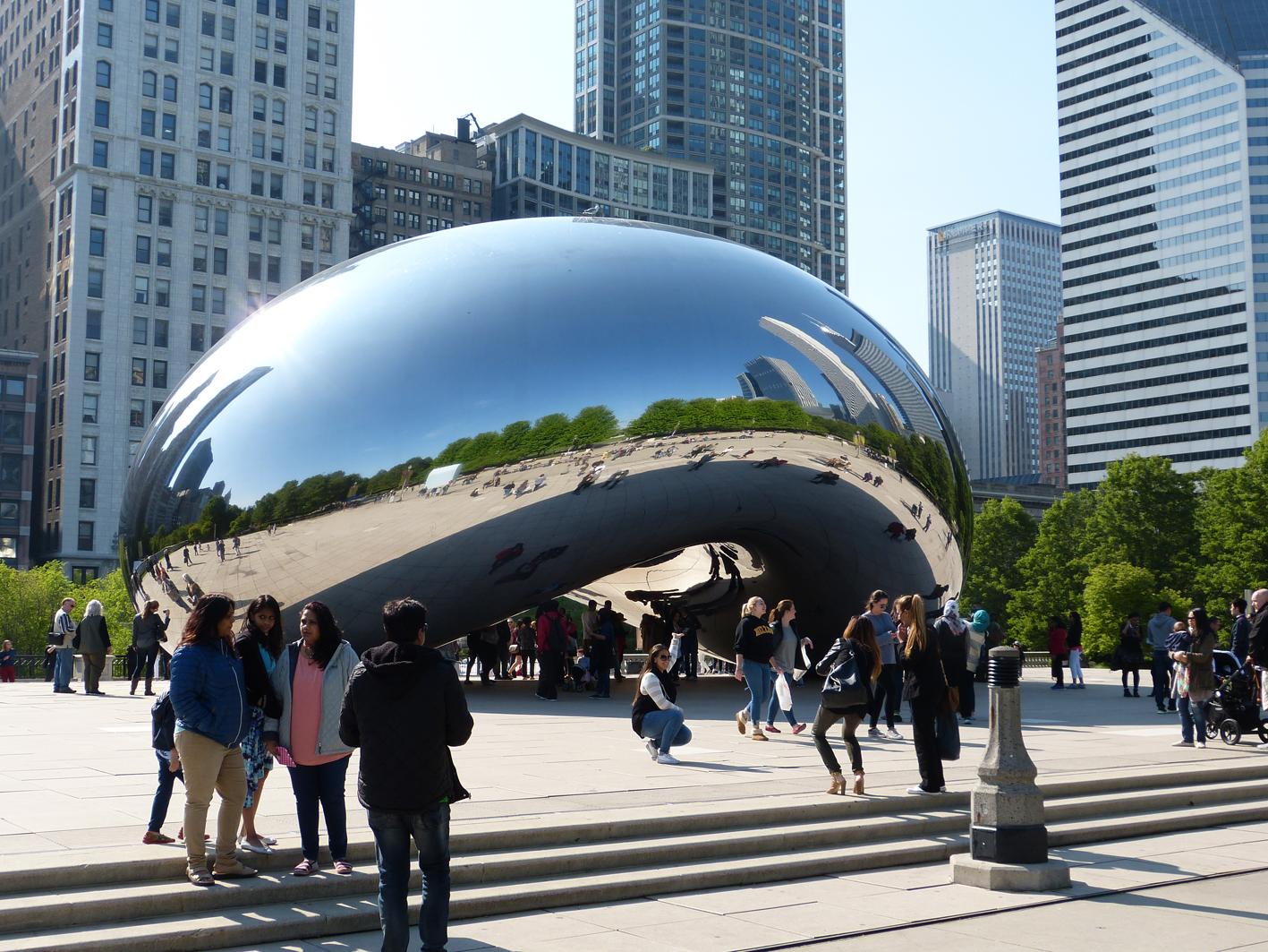 Alexander Schulz war im Millennium Park von Chicago, USA : »Die Chicagoer nennen das Cloud Gate schlicht und prosaisch The Bean. Mich erinnerte es eher an einen gigantischen Tropfen Quecksilber.«